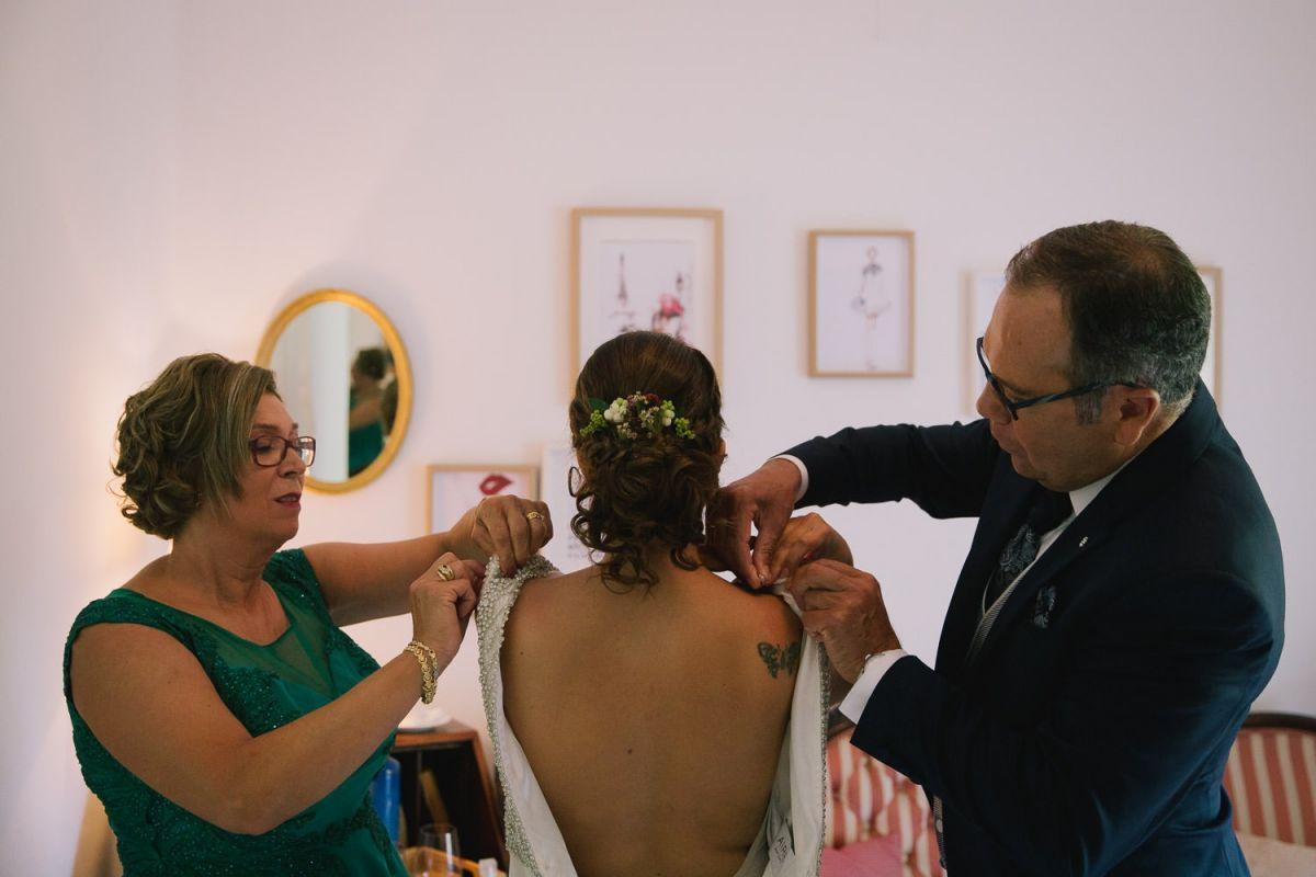 los padres de la novia ayudándola en los preparativos