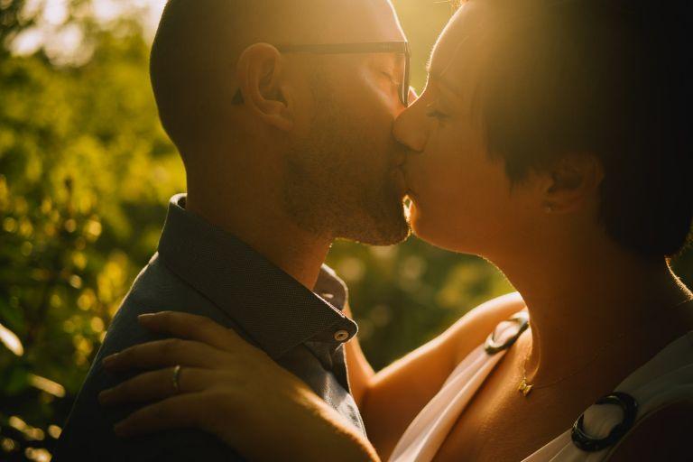 los novios se funden en un beso